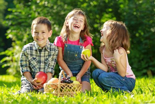 kids eating 129857555