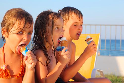 kids eating 66145690